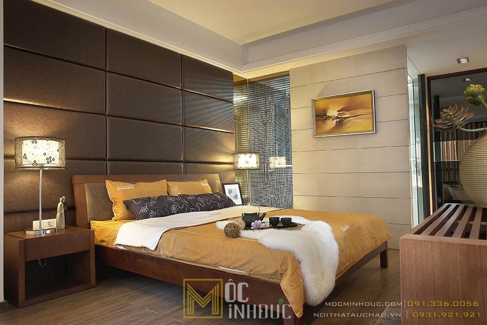 Phòng ngủ chính nhà phố màu vàng