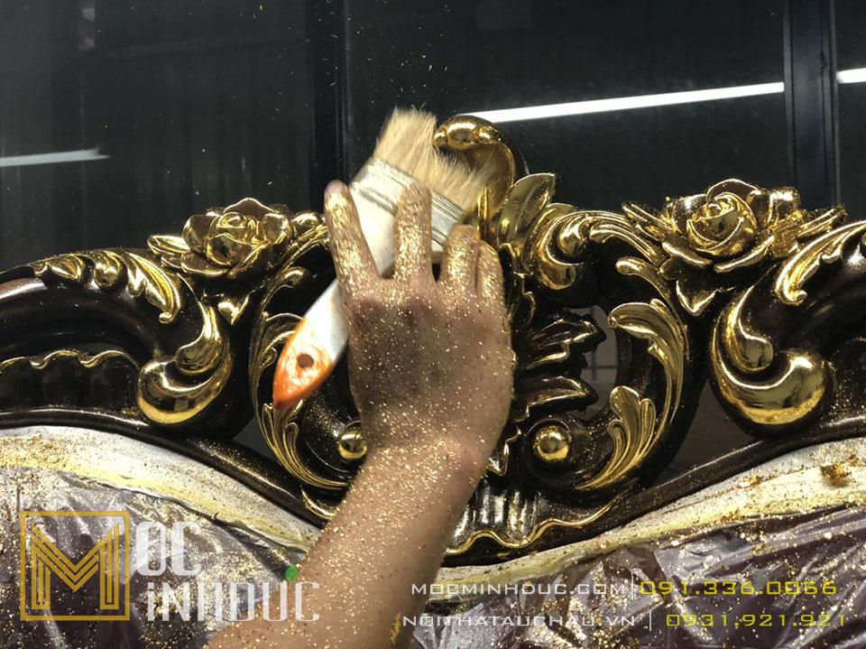 Người thợ thực hiện mạ vàng cho ghế sofa tân cổ điển