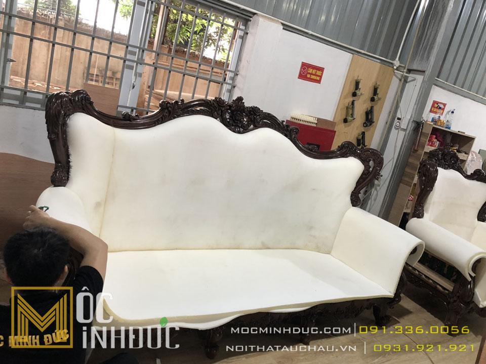 Hình ảnh người thợ đang bọc nệm cho ghế sofa tân cổ điển