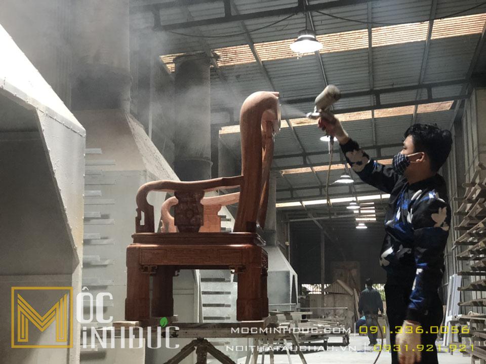 Hình ảnh người thợ đang phun sơn cho ghế sofa tân cổ điển