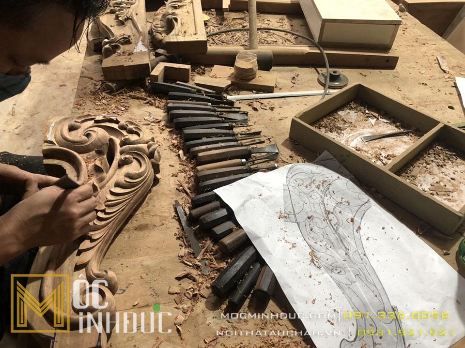 Hình ảnh người thợ sản xuất phôi bàn ghế gỗ tự nhiên tân cổ điển