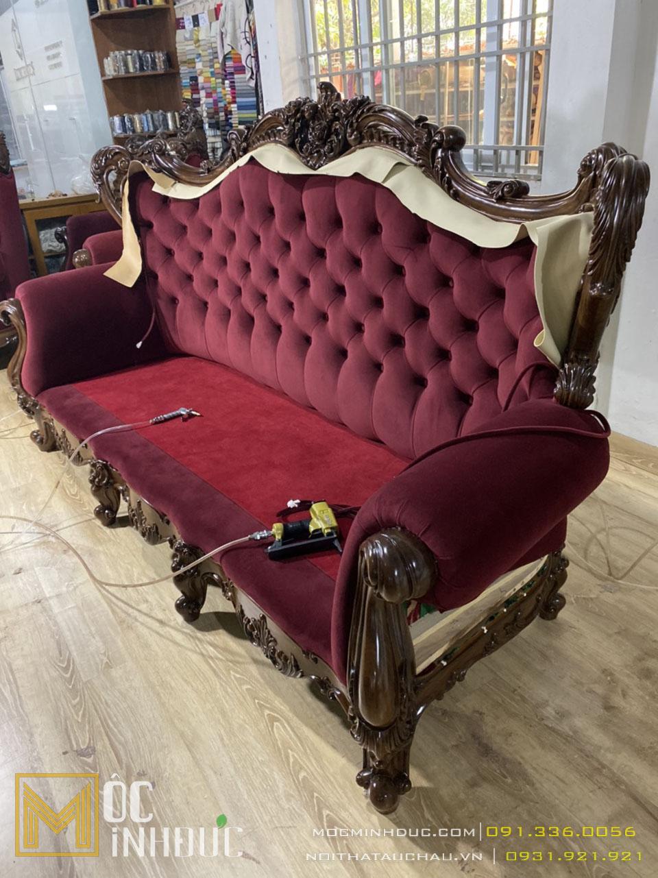 Hình ảnh người thợ đang bọc nỉ cho ghế sofa tân cổ điển