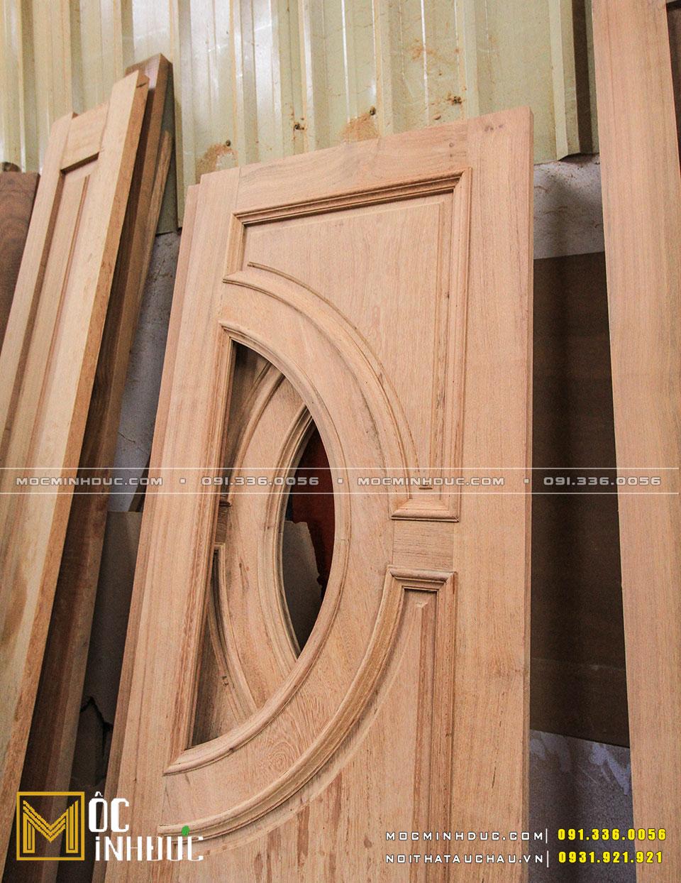 Cửa gỗ tự nhiên gõ đỏ đẹp